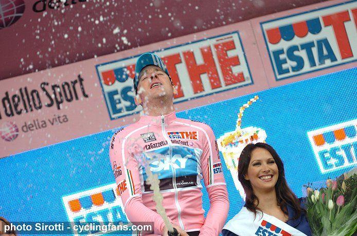 2010_giro_d_italia_stage1_bradley_wiggins_team_sky_victory_podium_girls3a.jpg
