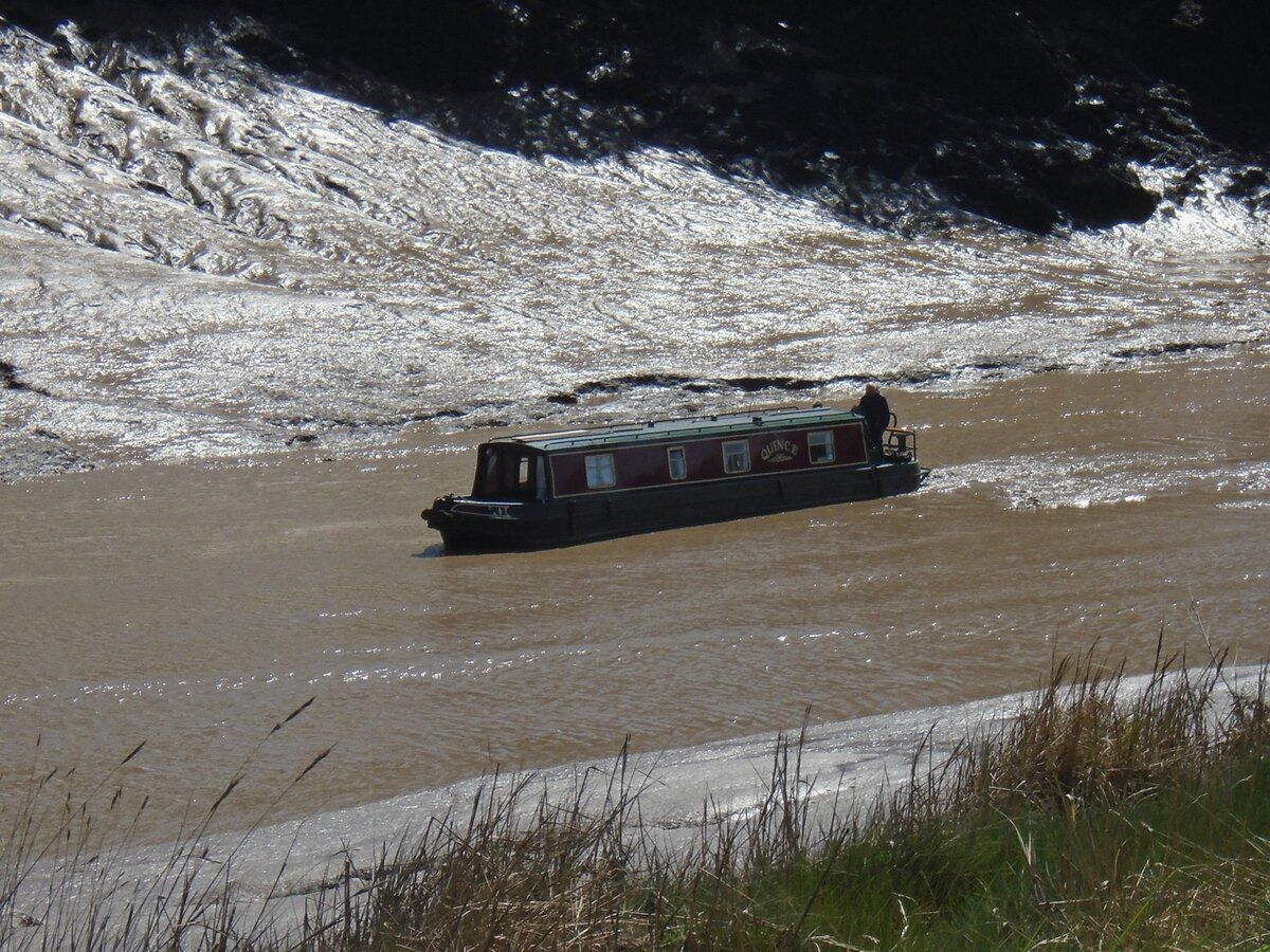 210425-821 Hung Road-narrowboat Quince  aground.JPG