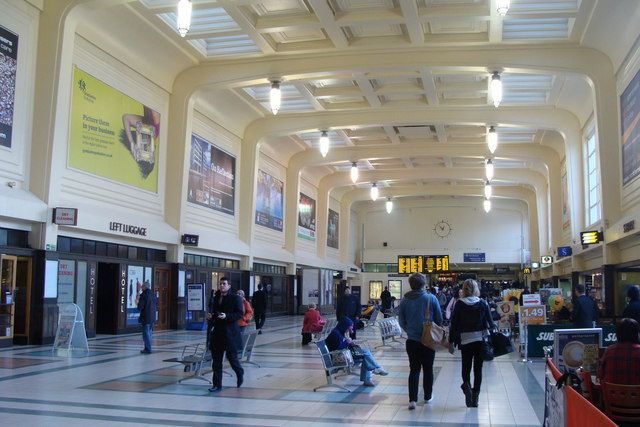 Leeds_City_railway_station_concourse.jpg