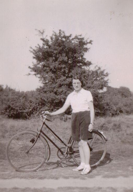 Mum 1940's sml.jpg